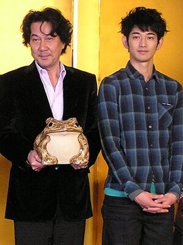 『ガマの油』で監督デビューを果たした役所広司(左)と、キャストの瑛太