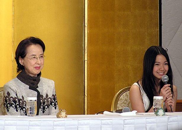 フレッシュさが光る二階堂ふみ(右)と、ベテラン女優・八千草薫