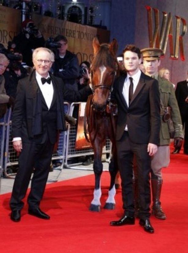 『戦火の馬』ロイヤルプレミアに出席した、スティーブン・スピルバーグ監督、ジェレミー・アーヴァイン、馬のジョーイ