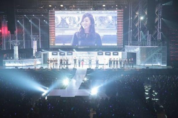 ステージ上にイベントの出演者が集結し、ファンに笑顔をみせた
