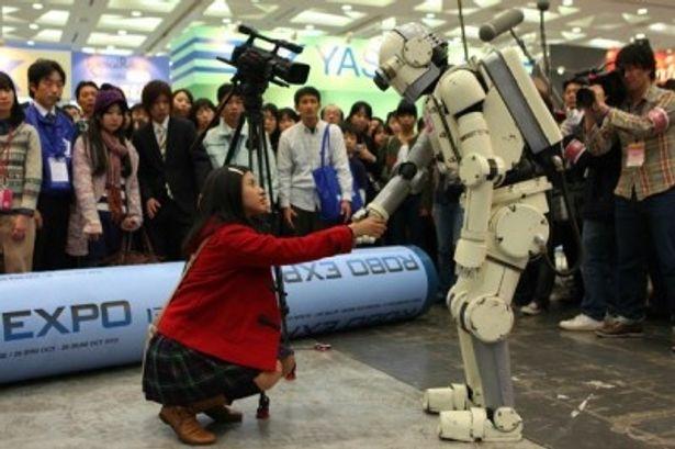 """【写真をもっと見る】吉高由里子扮する女子学生がロボット""""ニュー潮風""""に恋をする"""