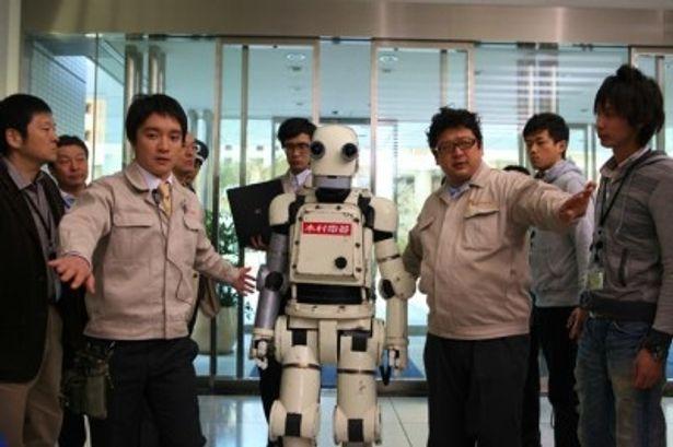 3人が演じるのはロボット開発部の凸凹社員トリオ