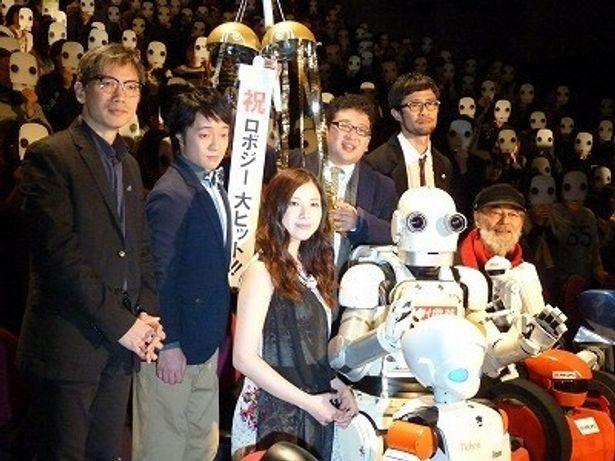 【写真】『ロボジー』初日舞台挨拶に登壇した五十嵐信次郎はじめキャストたちと矢口史靖監督