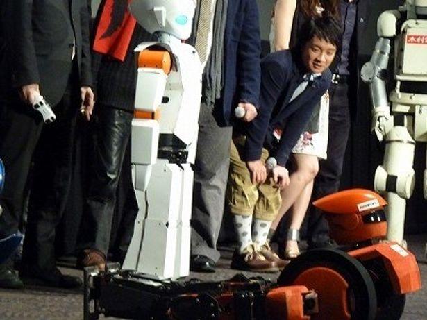 変形するロボットに濱田が興味津々
