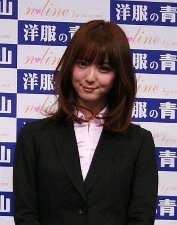 佐々木希さんが、自身のプロデュースしたスーツで登場!