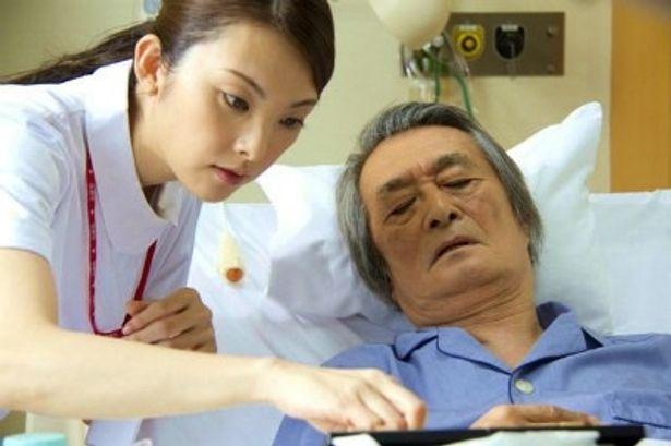 【写真をもっと見る】阿部寛の父親(山崎努)の最後を看取った看護師役に田中麗奈