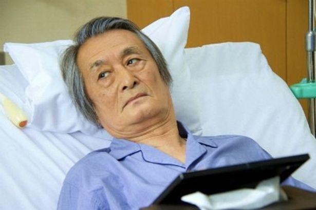 加賀の父親役の山崎努が深みのある演技を見せる