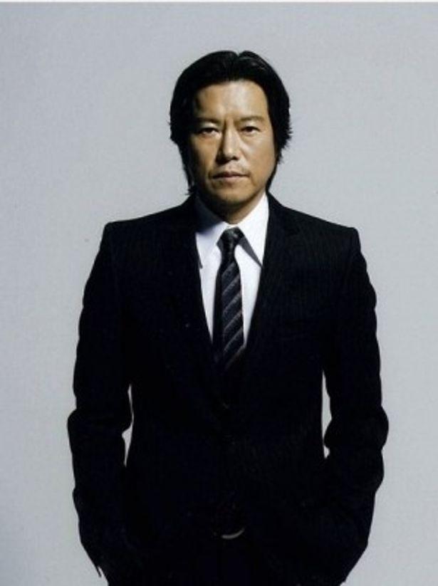 『プラチナデータ』で主人公を執拗なまでに追跡する執念の刑事・浅間玲司を演じる豊川悦司