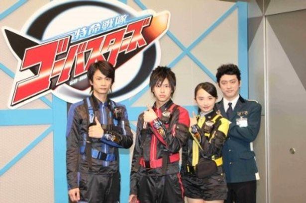 「特命戦隊ゴーバスターズ」の戦隊に選ばれた馬場良馬、鈴木勝大、小宮有紗と司令官役の榊英雄(写真左から)