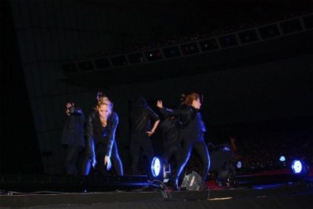 ダンサーたちが舞台でパフォーマンスを披露