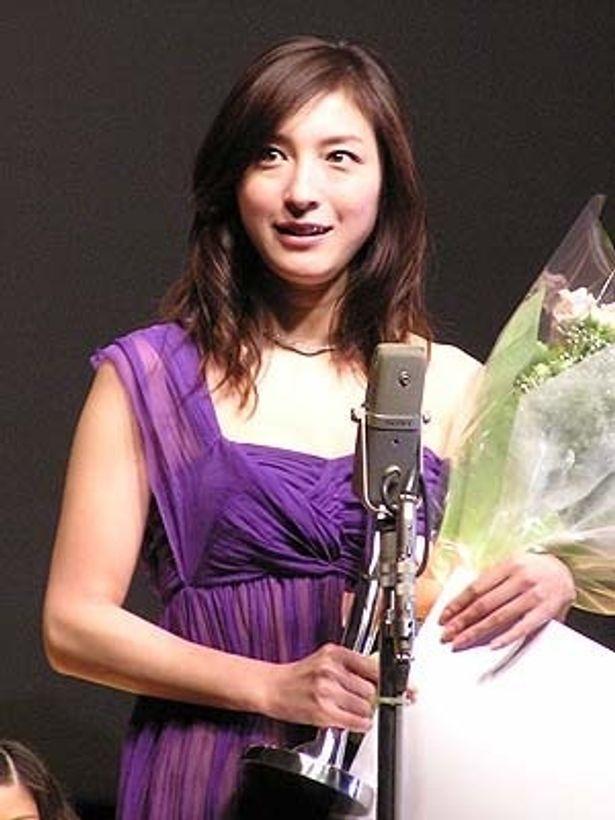 『おくりびと』の広末涼子はパープルのドレスで登壇