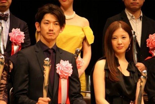 第33回ヨコハマ映画祭授賞式に登壇した瑛太と吉高由里子