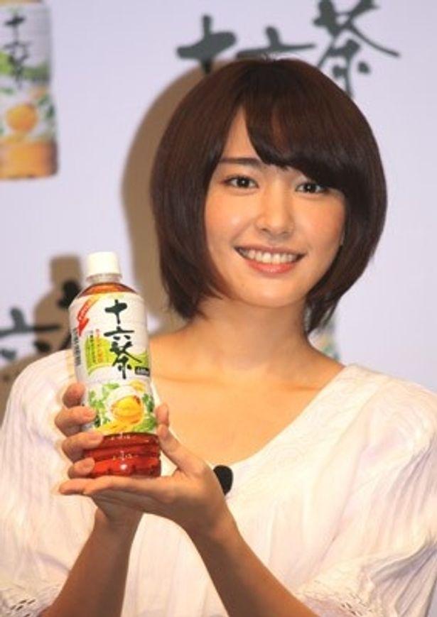 「アサヒ 十六茶」を笑顔でアピールする新垣さん