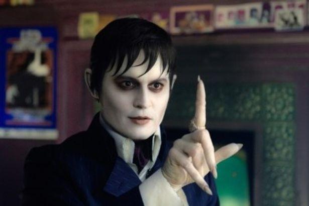 色白の顔で爪が伸び、ヴァンパイアの風貌でありながらも、どこか人間味のある表情を浮かべるバーナバス・コリンズ