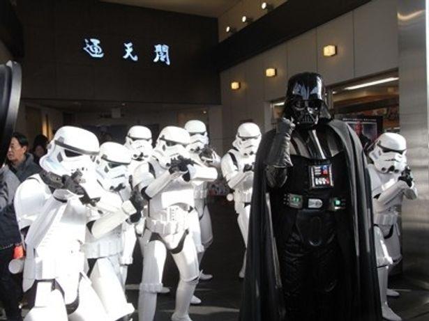 通天閣前に到着したダース・ベイダーら帝国軍が人々を威嚇する。『STAR WARS エピソード1/ファントム・メナス 3D』 3/16(金)よりTOHOシネマズ梅田ほかにて全国ロードショー