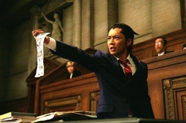 【写真をもっと見る】ヘアスタイルに注目!新米弁護士・成歩堂龍一役の成宮寛貴