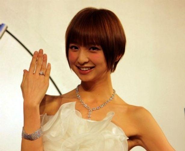 総額3億5000万円の超豪華ジュエリーを付けたAKB48の篠田麻里子