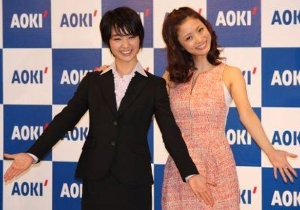 AOKIの「フレッシャーズ応援スーツフェア」でイメージキャラクターを務める上戸彩さん(右)と剛力彩芽さん(左)