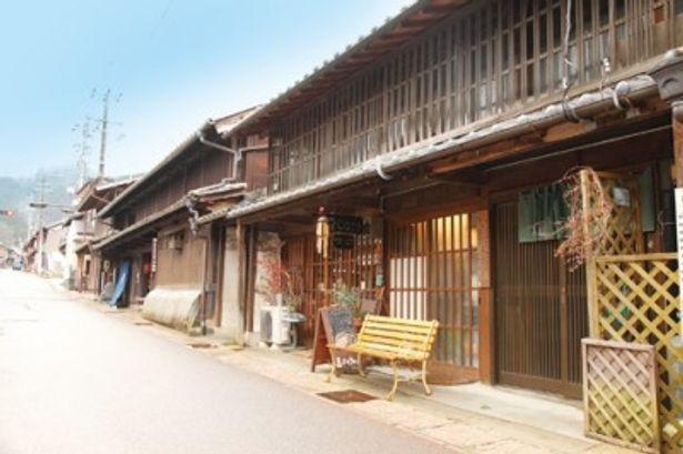 江戸時代の面影を伝える建造物が並ぶ岩村町本通りは、国の重要伝統的建造物群保存地区に指定されている
