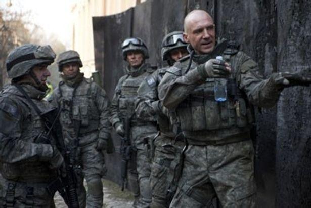 本物の特殊部隊員に混じり、レイフ・ファインズ