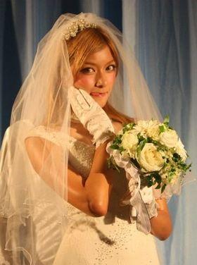 ローラがウエディングドレス姿で恋愛相談。自分は「30歳までは結婚しない」