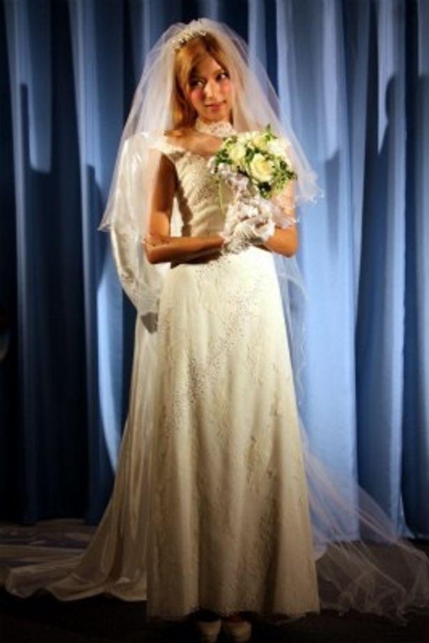 【写真をもっと見る】綺麗!ローラのウエディングドレス姿の全身はこちら