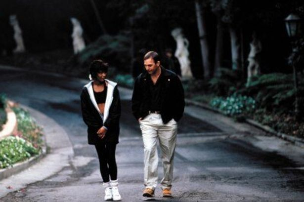 映画「ボディガード」より。ホイットニー・ヒューストン(左)、ケビン・コスナー(右)