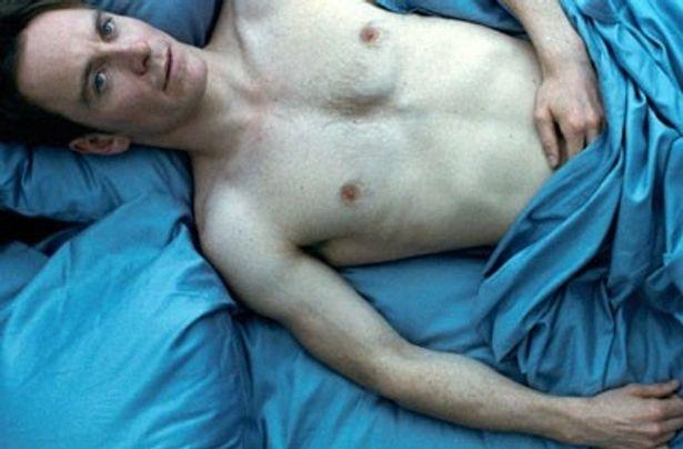 前貼りなしの全裸で挑んだマイケル・ファスベンダーの演技はジョージ・クルーニーらにも絶賛された