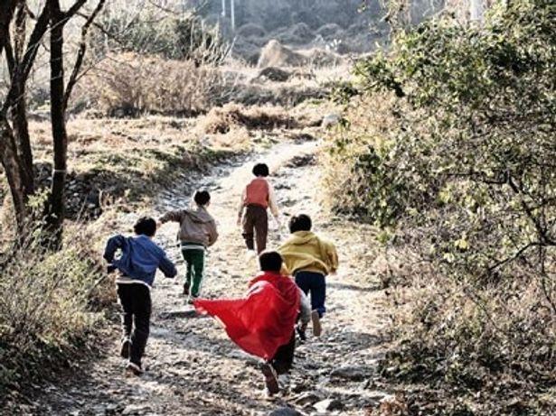 「カエルを捕まえにいく」と言い残し、突然姿を消してしまった5人の小学生たち。彼らに何が起きたのか?