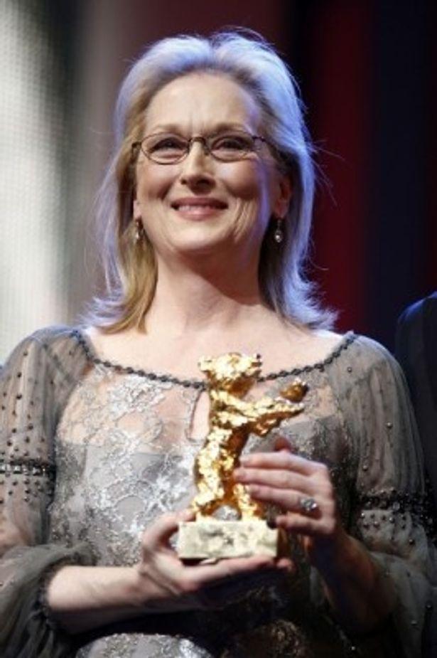 第62回ベルリン国際映画祭で名誉金熊賞を授与し、トロフィーを手に取るメリル・ストリープ