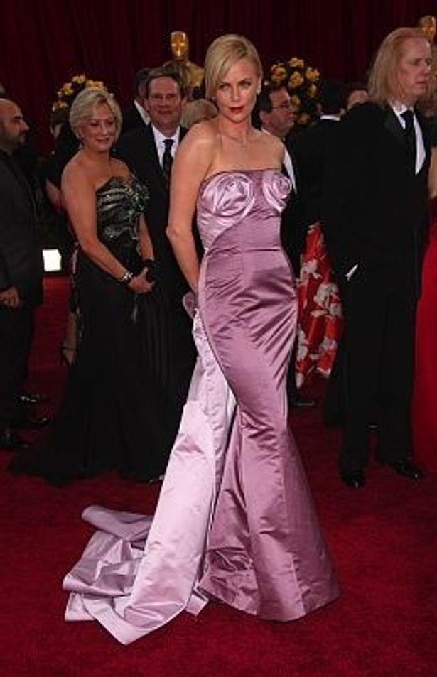 4位は薄紫のディオールのオートクチュールドレスを身に付けたシャーリーズ・セロン