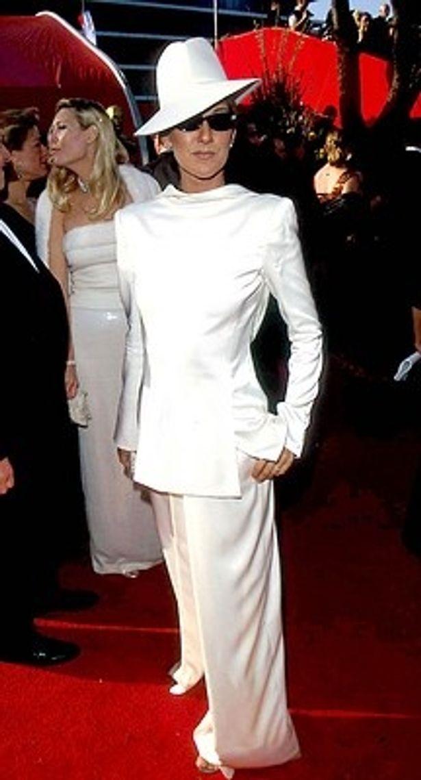 5位は真っ白なパンツスーツに帽子とサングラス姿で登場したセリーヌ・ディオン