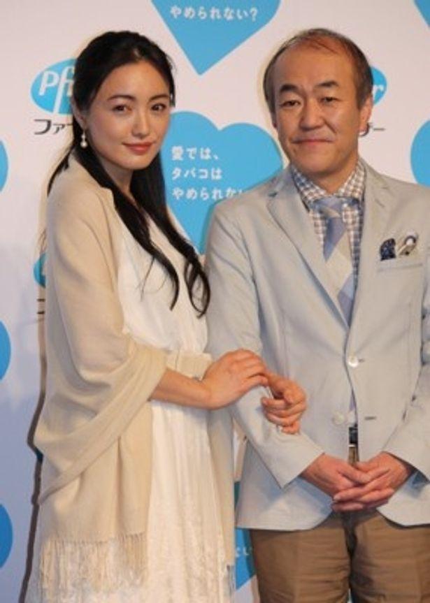 夫婦らしく腕を組んで撮影に応じた仲間由紀恵さんと温水洋一さん