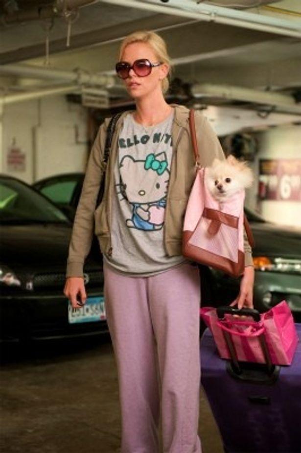 【写真をもっと見る】この普段着はありなの!? キティちゃんTシャツにだぼだぼのジャージ姿のシャーリーズ