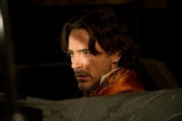 『シャーロック・ホームズ シャドウ ゲーム』でシャーロック・ホームズを演じるロバート・ダウニー・Jr.