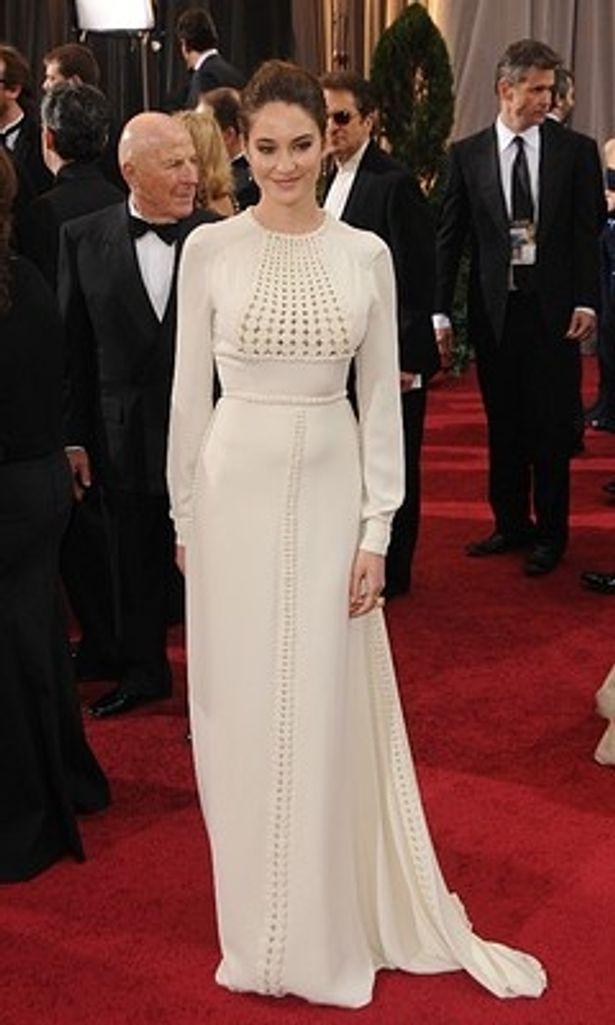 長袖の白いヴァレンチノのドレスが老けて見えると批判されたシェイリーン・ウッドリー