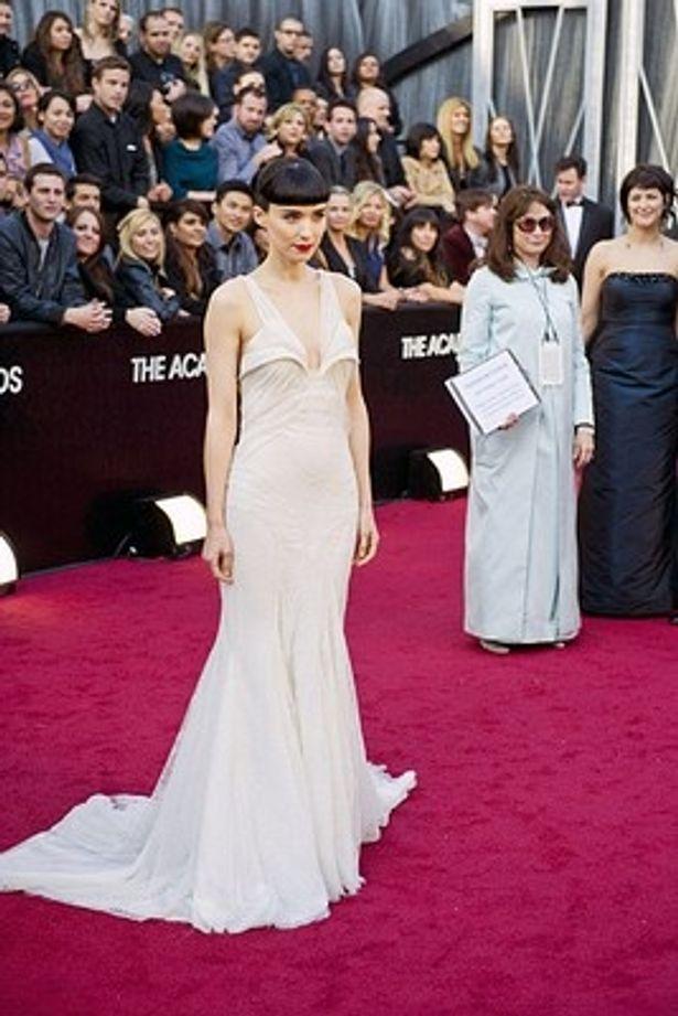 ルーニー・マーラのドレスには「晴れの舞台には重みが足りない」と批判が