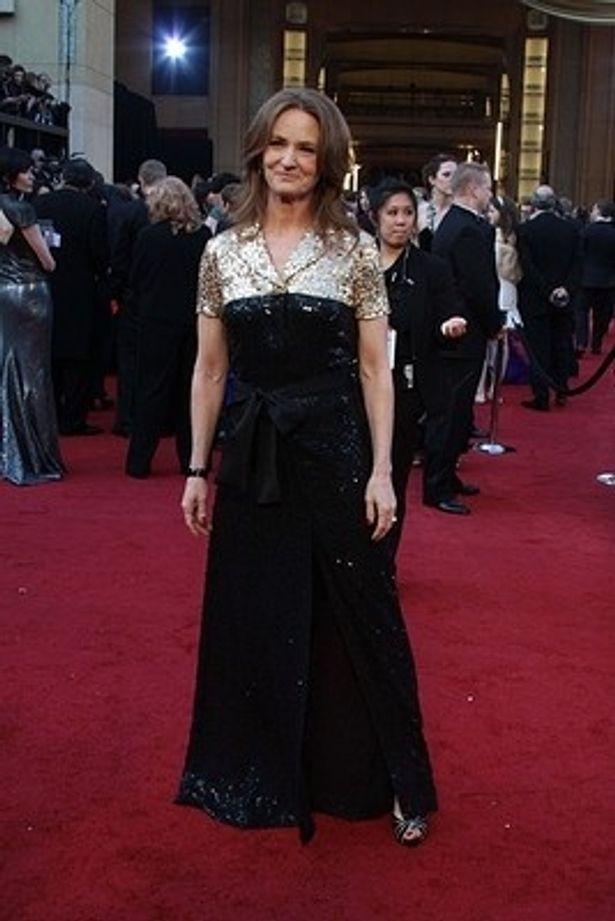 リーム・アクラの金と黒のドレスが場違いと不評だったメリッサ・レオ