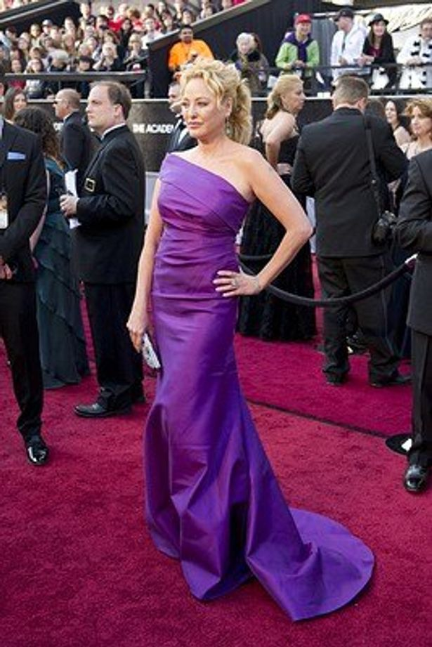 ワーストに選ばれたヴァージニア・マドセンのケバン・ホールの紫のドレス