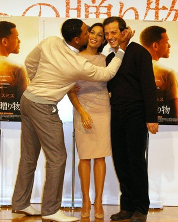 ロザリオと監督にキスするウィル・スミス