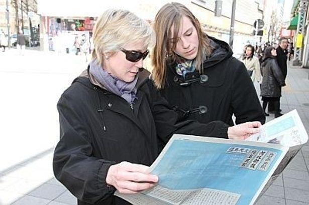 東北3県4紙が合同特集新聞を街頭配布。道行く外国人も関心を寄せた