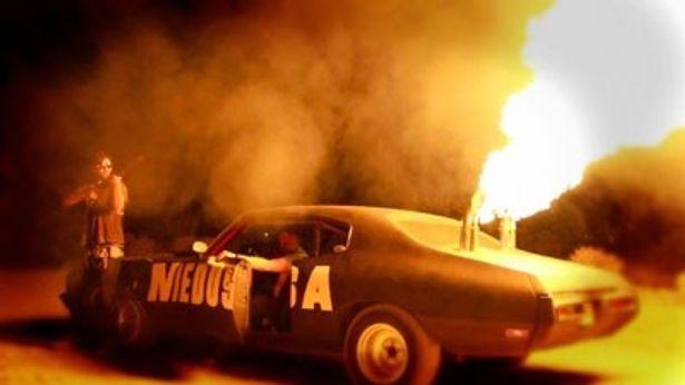 火炎放射器を搭載し、戦闘用に改造車された自家製スーパーカー