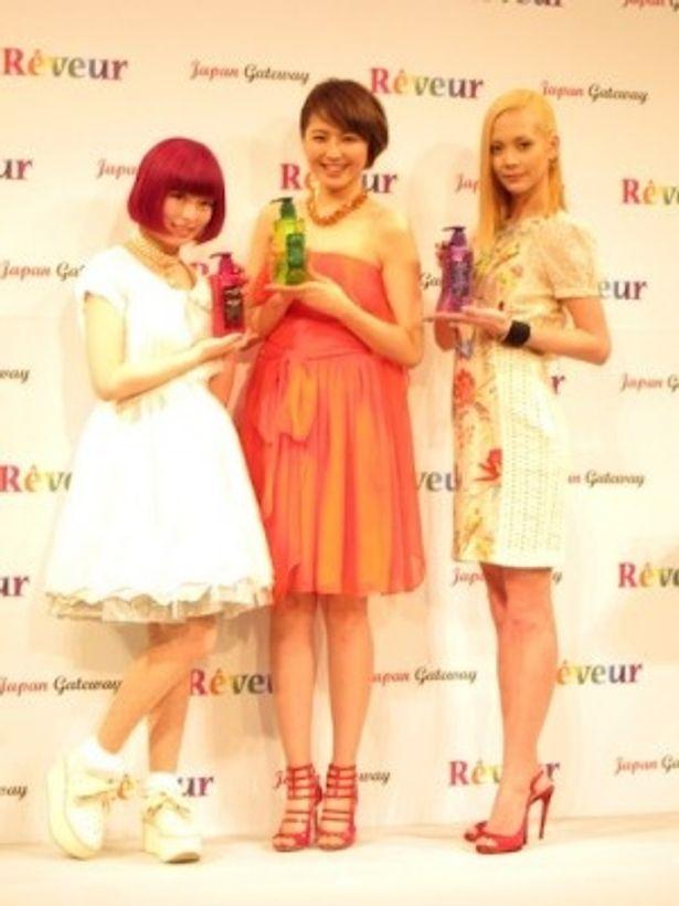 「Reveur」新商品発表会に登場した、左から、きゃりーぱみゅぱみゅさん、長澤まさみさん、土屋アンナさん