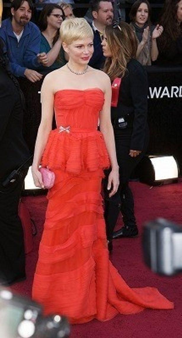 【写真をもっと見る】綺麗!アカデミー賞授賞式で赤いルイ・ヴィトンのドレスをまとったミシェル・ウィリアムズ