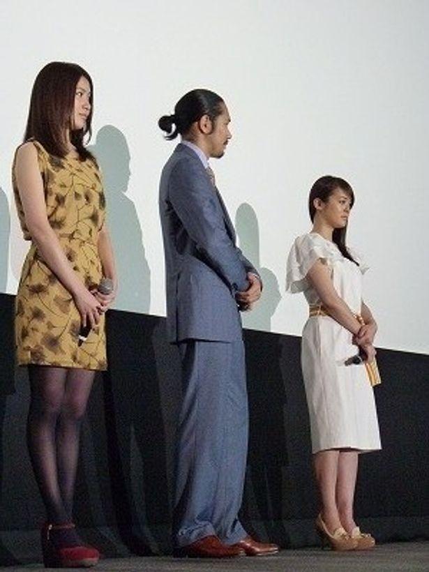 【写真】タイプの違うふたりの美女に囲まれた松山ケンイチ