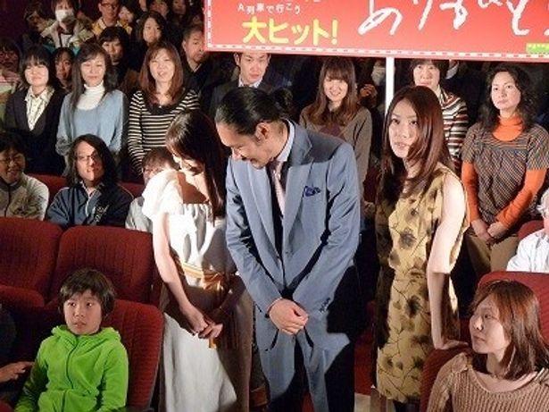優しく子供に話しかける松山ケンイチ