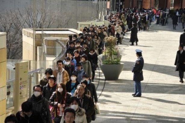 『アベンジャーズ』1日限定前売券を買うためにできた長蛇の列