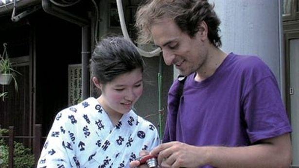 観光客の外国人を騙す高校生と、舞妓の少女との出会いの物語が綴られる