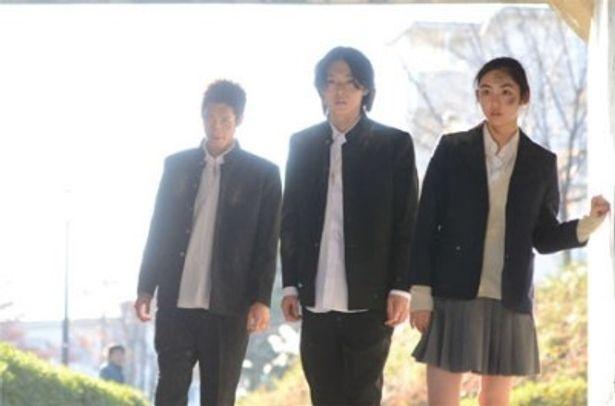 スグル(中央)とオンジ(左)の友情物語が描かれる(『リアル鬼ごっこ3』)