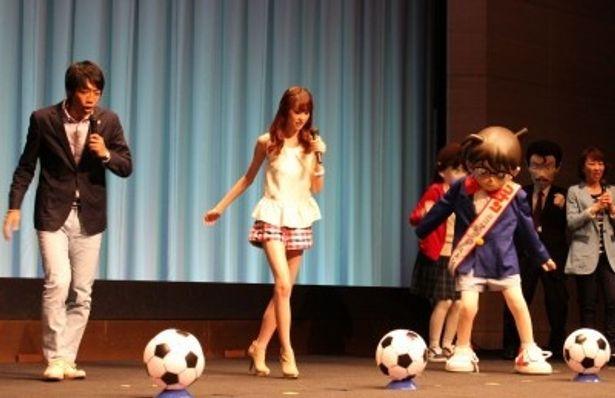 【写真】川崎フロンターレの中村憲剛選手指導のもと、桐谷とコナンが華麗なシュート!
